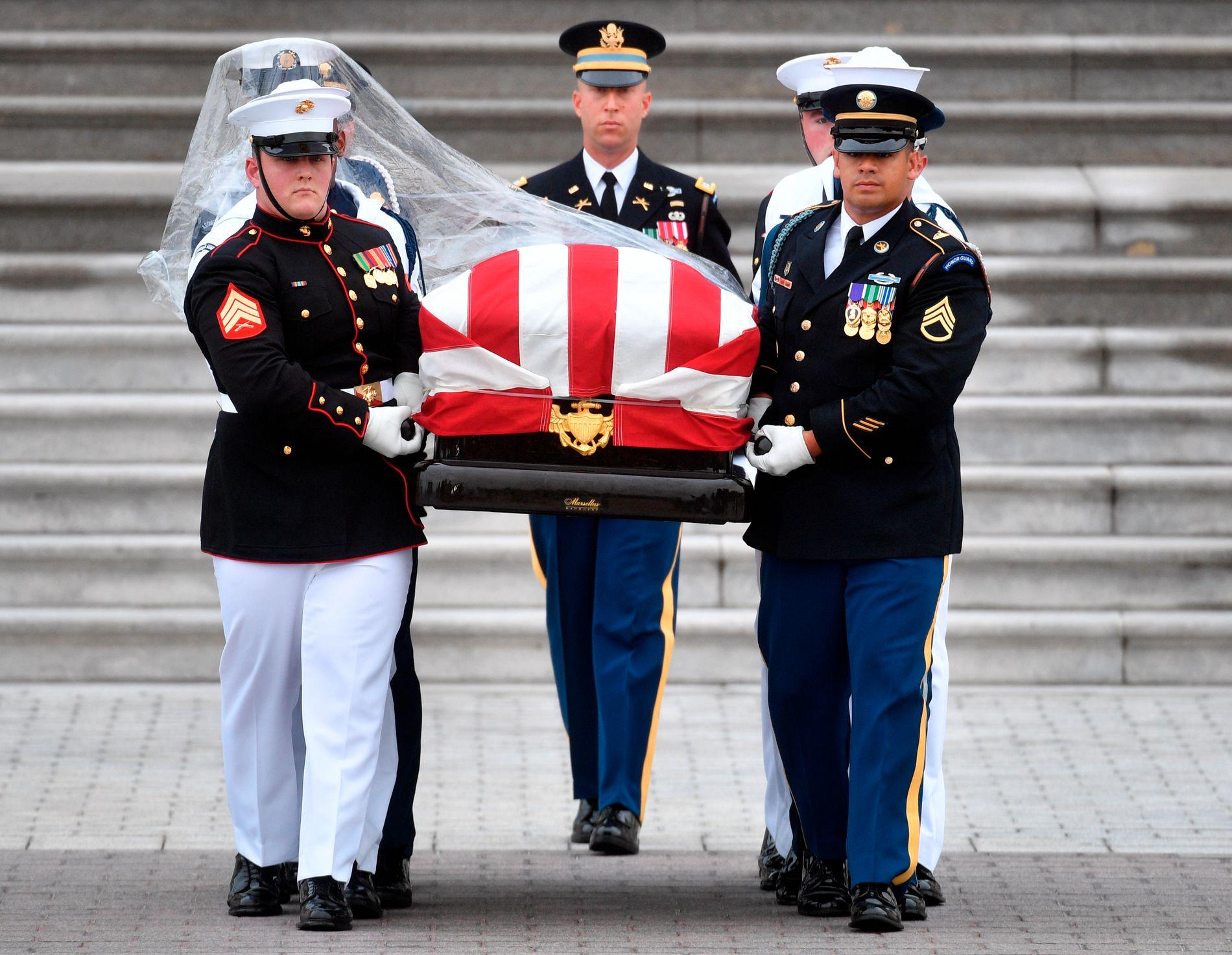 SISTE ÆRE: John McCains kiste bæres ut av Kongressen i Washington lørdag i forkant av en minneseremoni i Washington National Cathedral.