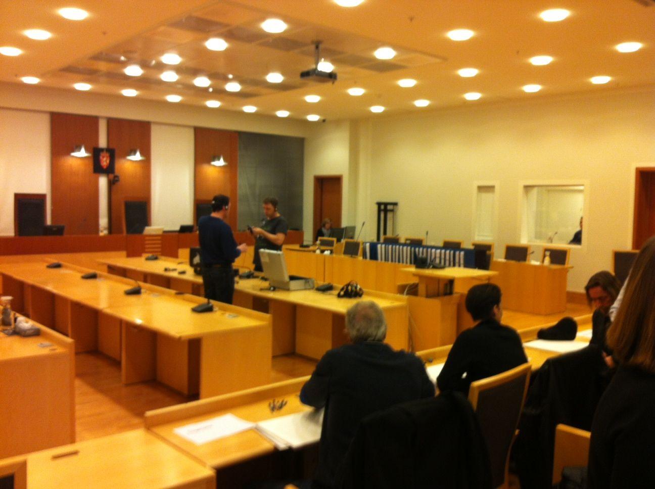 Rettssal 828 ble klokken 10 åpnet for pressen. I tillegg vil 20-30 pårørende og overlevende få anledning til å se Anders Behring Breivik forklare seg i levende live.