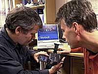 DIGITALT OG KJAPT: En pc og et digitalt kamera er nok når reporter Steinar Bikreland og produsent Stig Hoff drar ut for å lage reportasjen til det nye mediemagasinet.