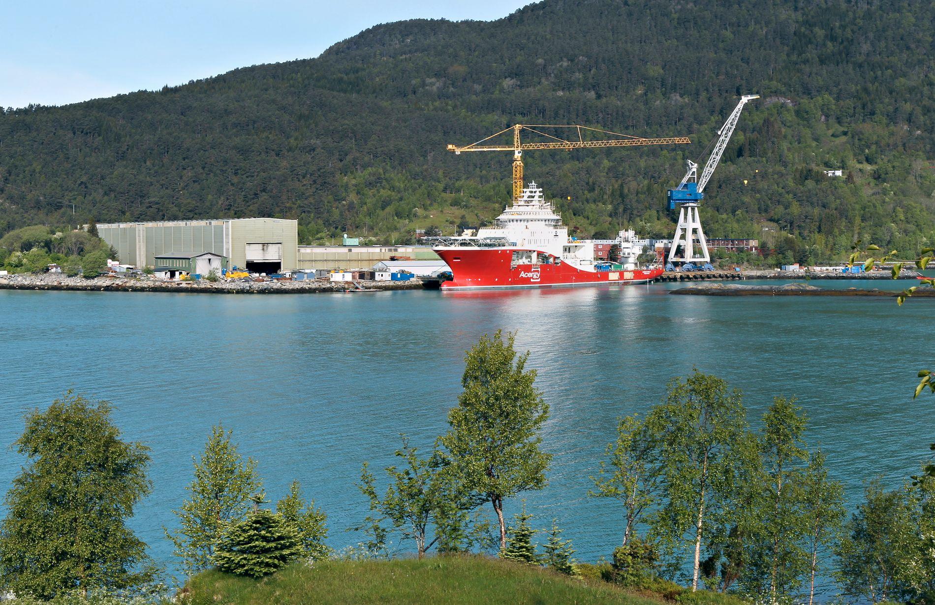 REISEPENGAR: Verftet Havyard Ship Technology i Leirvik i Sunnfjord var eit av åtte verft som gjekk til sak mot staten om lønsvilkår for utanlandske gjestearbeidarar i 2013. No har dei fått delvis medhald, noko som har kasta bensin på Nei-til-EØS bålet i LO, skriv BT-kommentator Hans K. Mjelva.