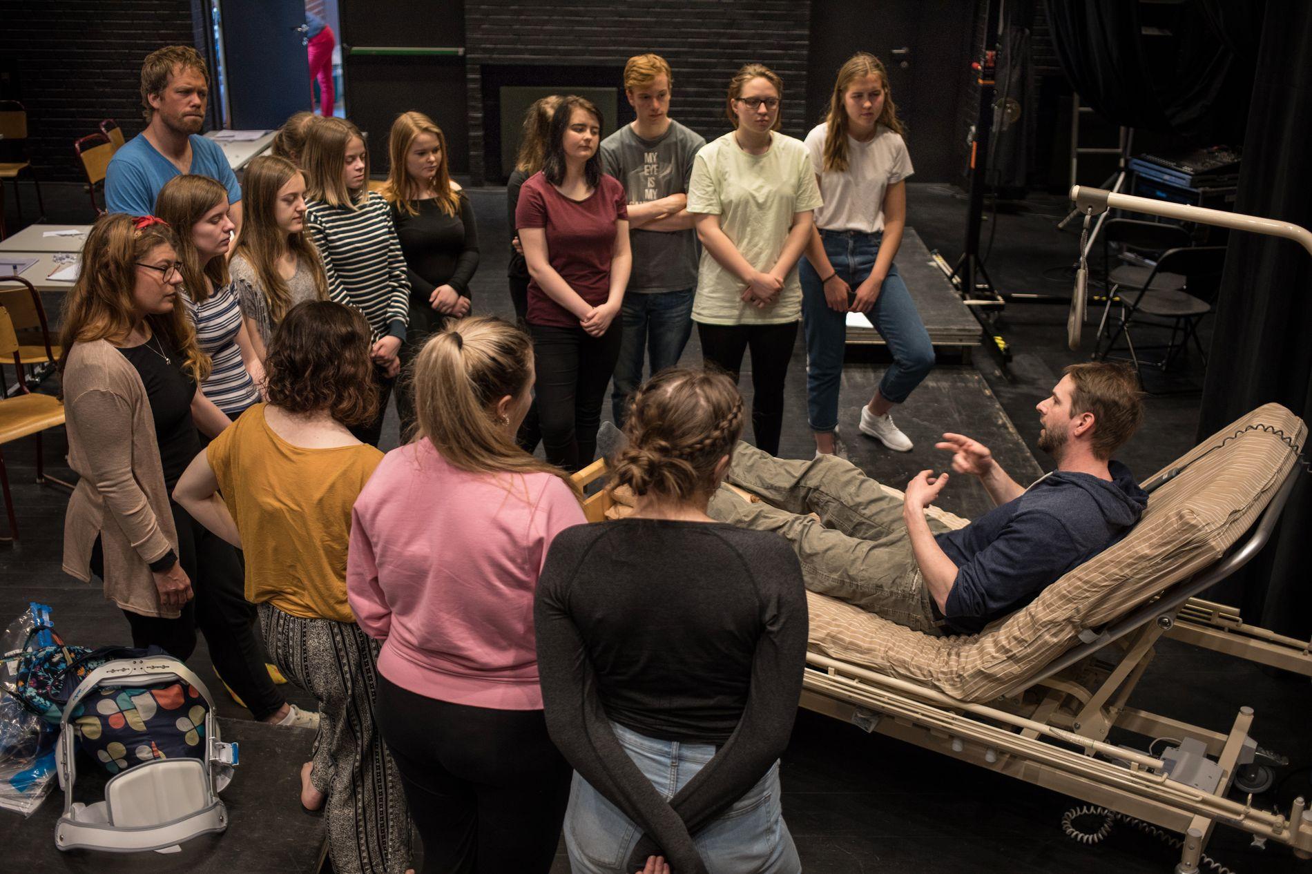 I AKSJON: Onsdag var regissør Jeff Pedersen tilbake på Sogn og Fjordane teater for å fortsette instrueringen fra sykesengen. Det satte dramaelevene ved Firda videregående skole stor pris på.
