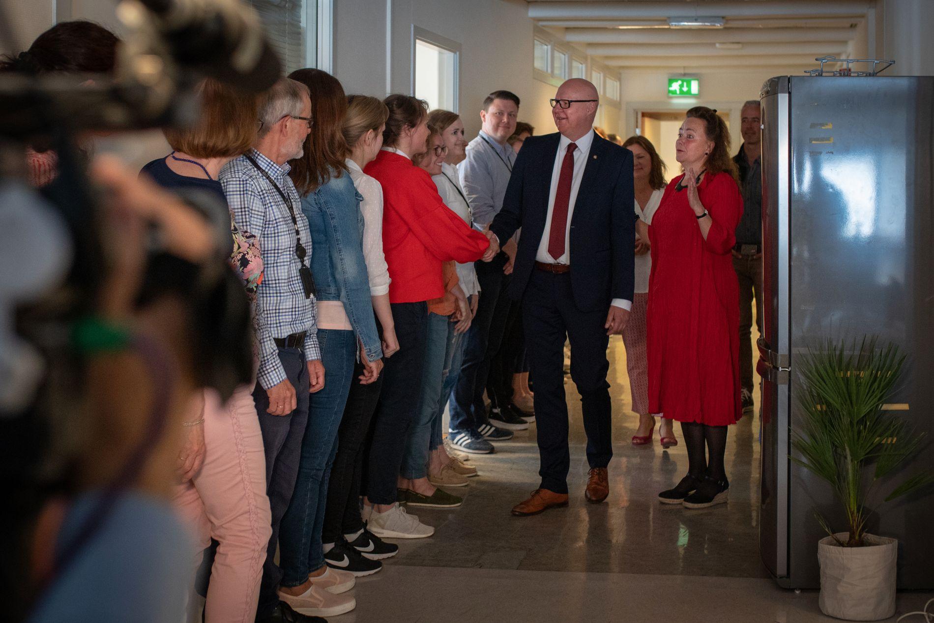 NY BYRÅD: Rune Bakervik hilser på sine nye kollegaer på kontoret for byutvikling i Allehelgens gate.