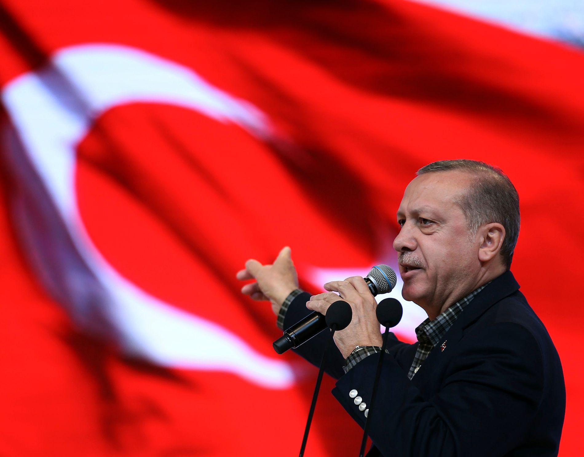 Tyrkias president Recep Tayyip Erdogan lover å svare på det ham kaller Nederlands skamløse behandling av tyrkiske statsråder. Foto: AP / NTB scanpix