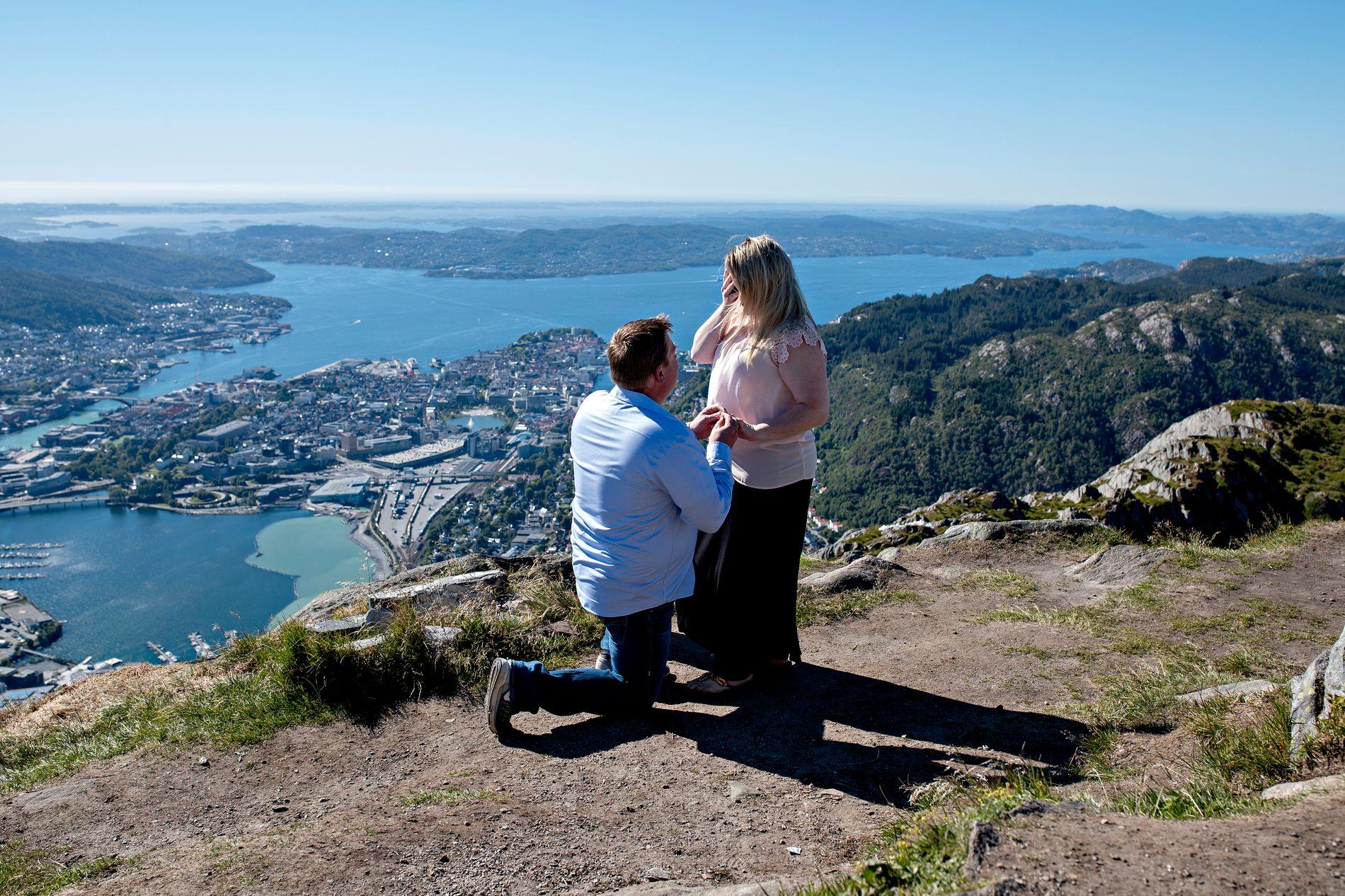 SAY YES: Med knallblå himmel og en majestetisk utsikt gikk John Anderson ned på kne på Ulrikens topp.
