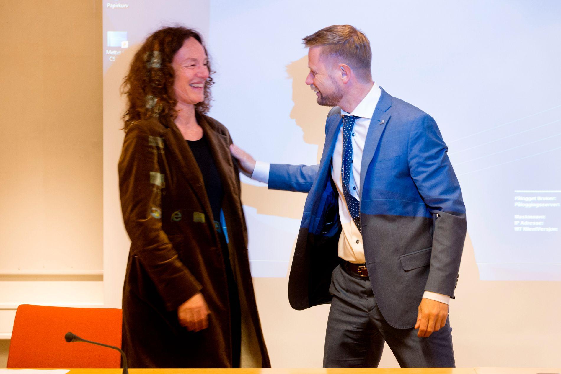 KRITISK: Folkehelseinstituttets leder, Camilla Stoltenberg, kommer med et klart råd til de ansvarlige for hemmelighold, blant andre helseminister Bent Høie: Beslutningene flyttes fra det offentlige rom til lukkede møter.