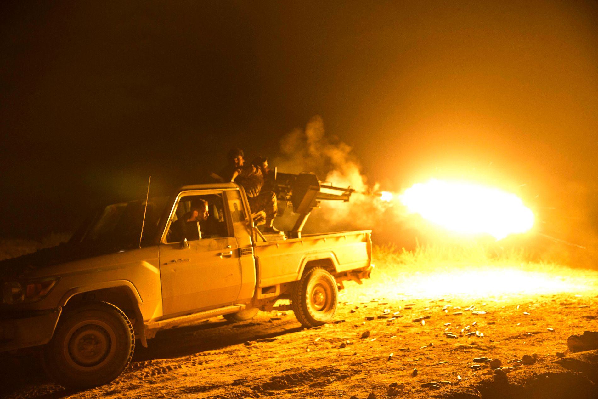 Kampene om Baghouz i Syria fortsatte fredag kveld, selv om president Donald Trumps talskvinne Sarah Sanders hevdet at IS nå er helt nedkjempet. Dette bildet av USA-støttede SDF-opprørere ble tatt mandag. Foto: AP / NTB scanpix
