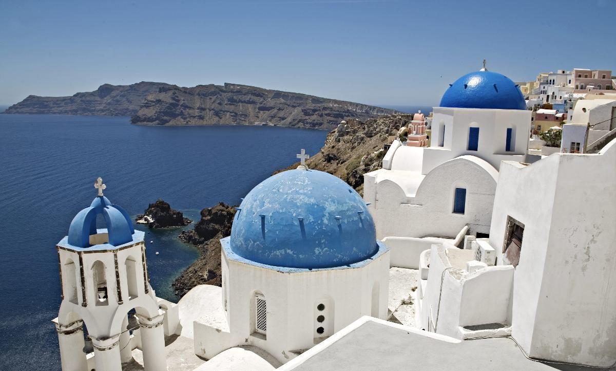 SANTORINI: Den greske øya ligger på toppen av listen over Europas beste øyer, ifølge Tripadvior. Øya er kjent for sine kritthvite hus. Kirkene har de karakteristiske blå takene.