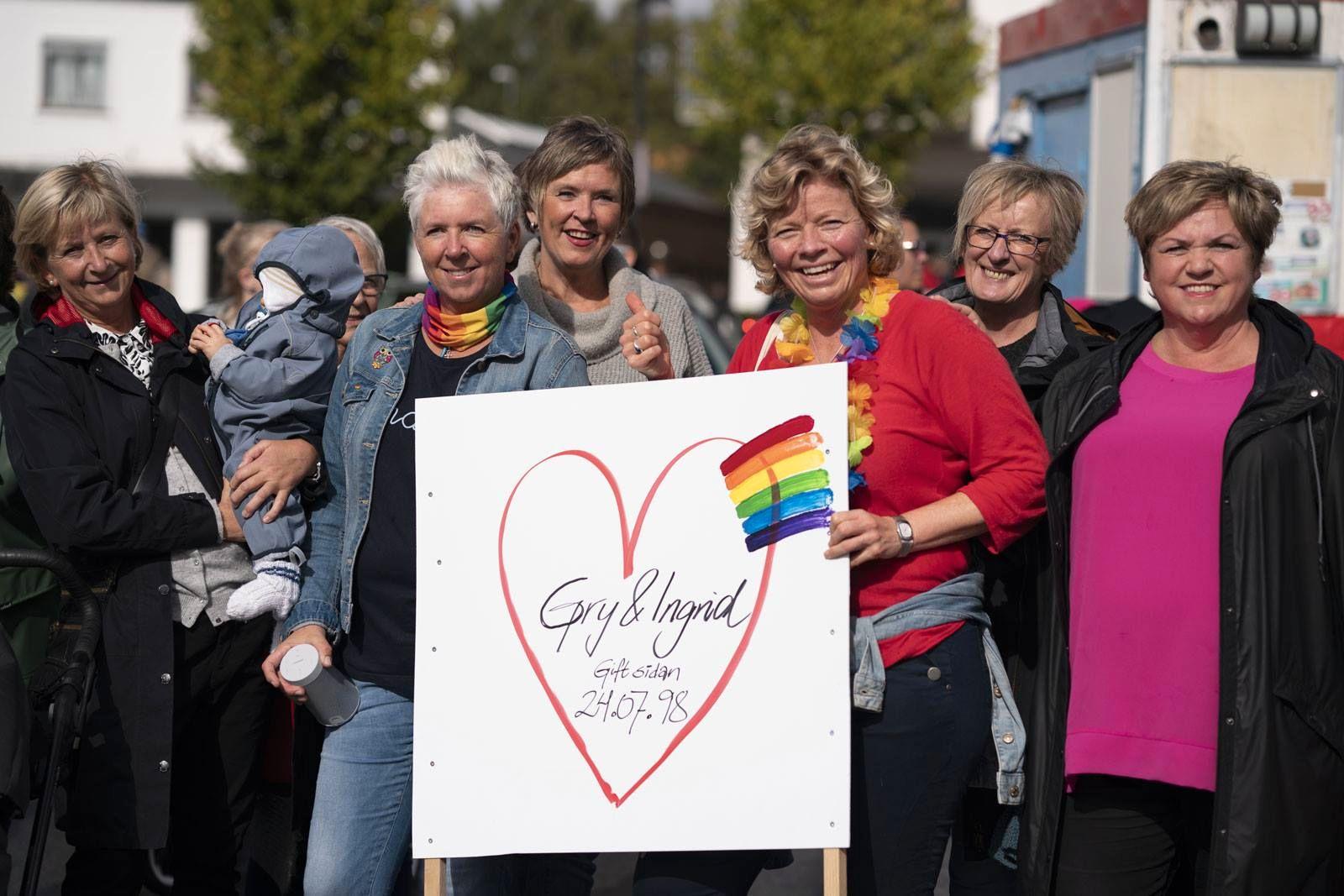 Jubileum: Femti organisasjonar var tilslutta arrangementet i Leirvik på laurdag. To av dei som feira, var Ingrid Eskeland og Gry Tuset. Dei har vore gift i 20 år.