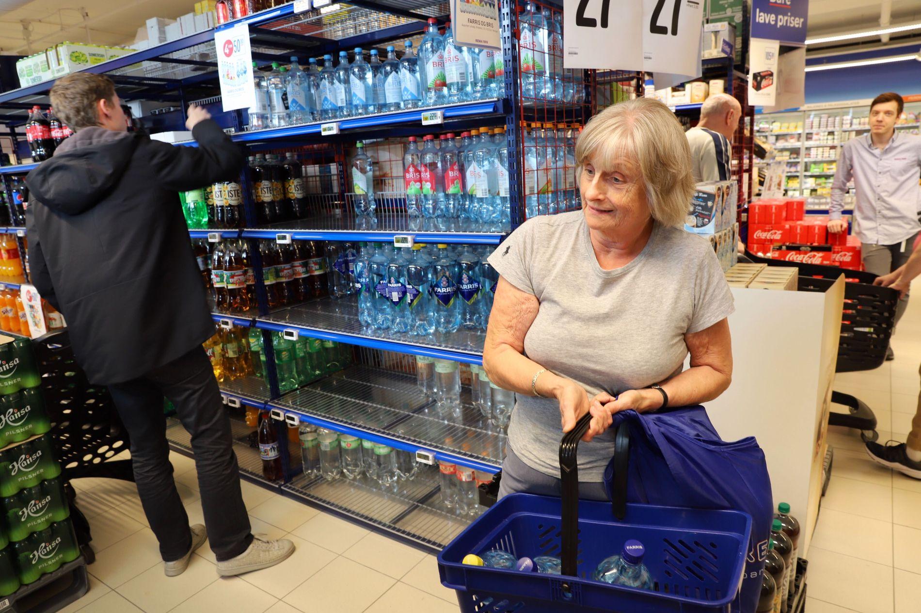 HANDLER VANN: Karin Johnstad og mange andre har reist til butikken for å kjøpe vann etter at det ble sendt ut kokevarsel torsdag ettermiddag.