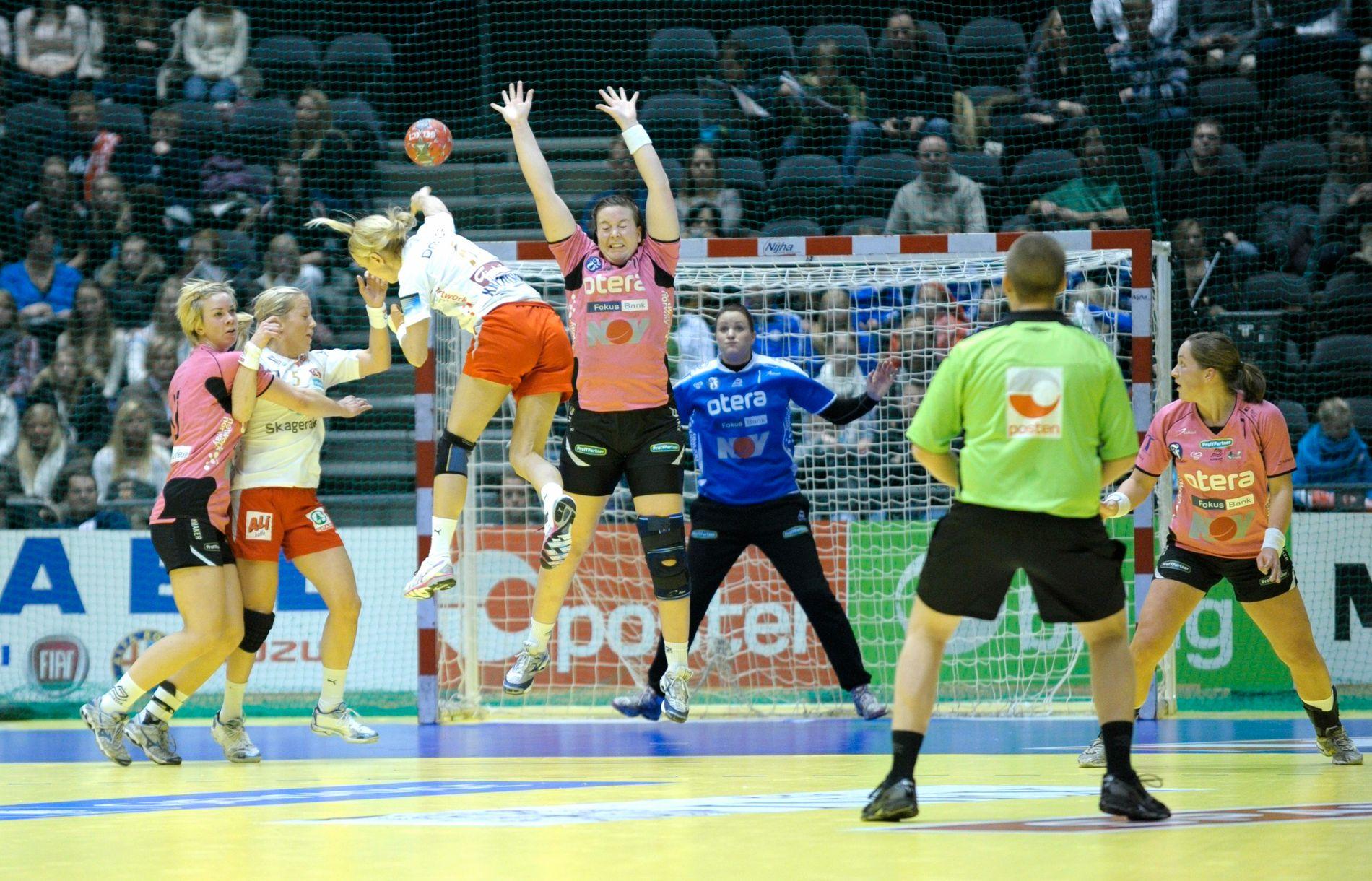 Vipers Kristiansand nådde sin første NM-finale i 2010, men var sjanseløse mot storfavoritten Larvik. I Oslo Spektrum tapte rosatrøyene 18–31.