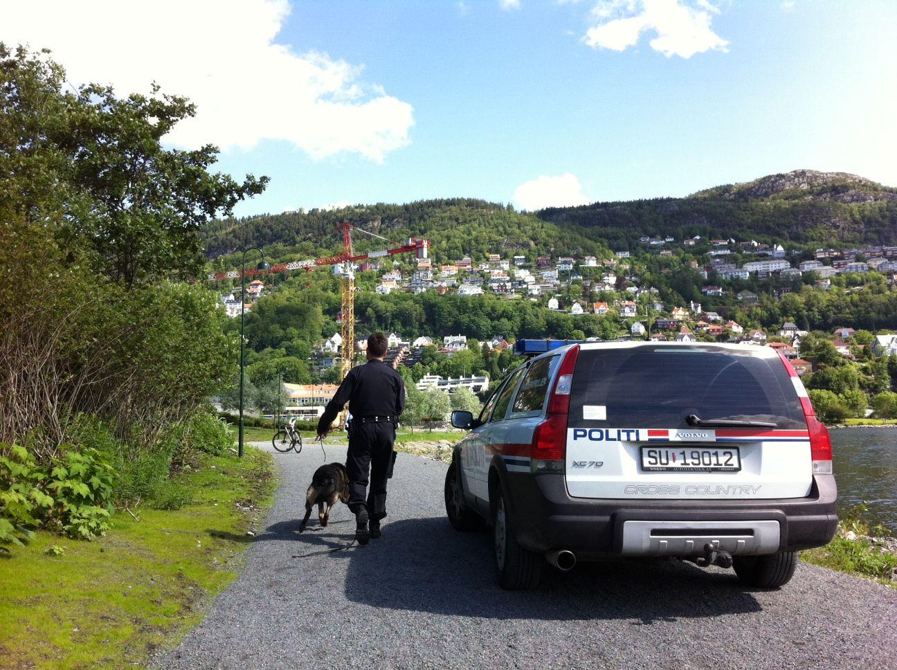 MED HUND: Politiet med hund på jakt etter de mistenkte taggerne.
