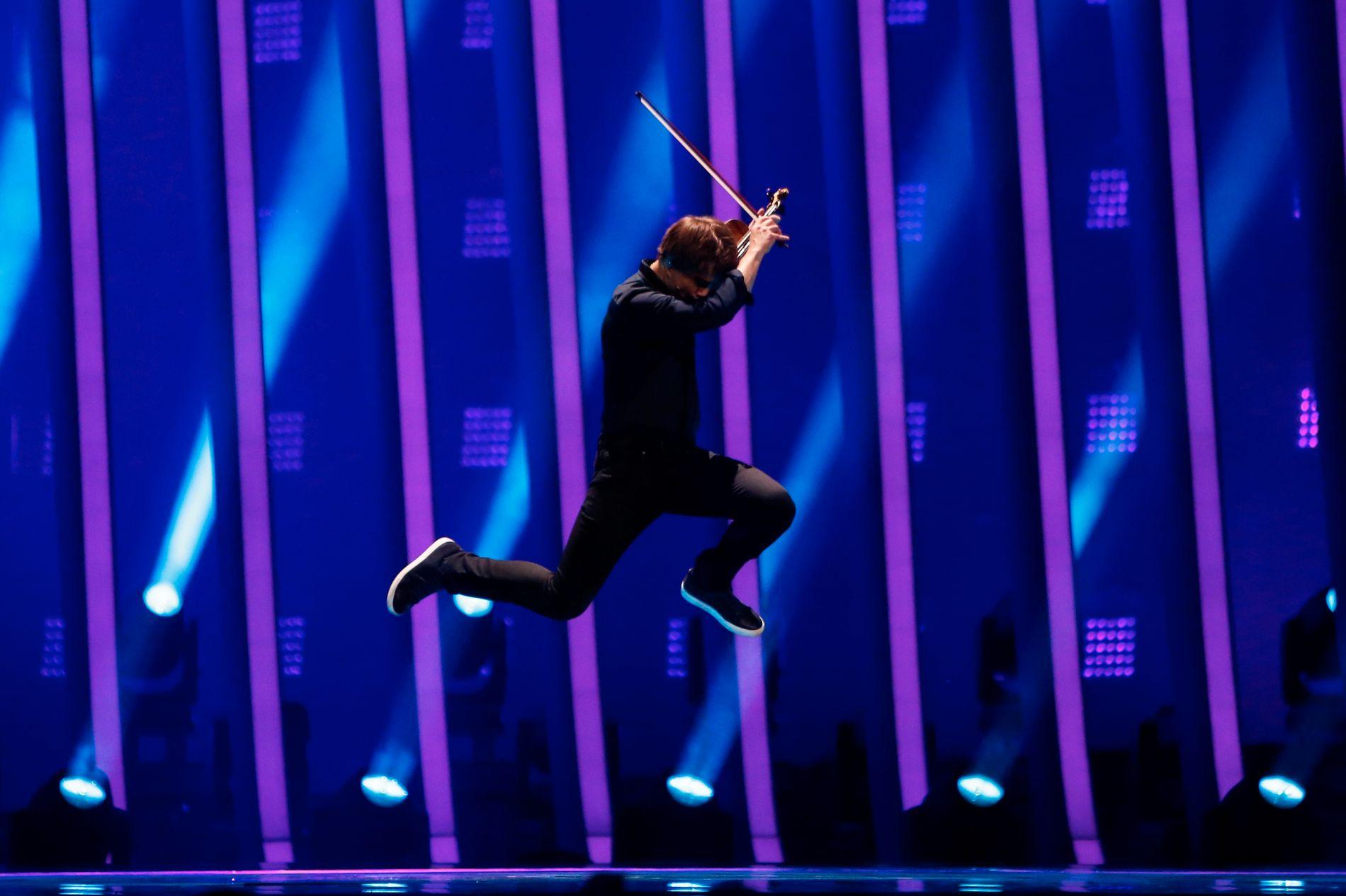 Med nytt oppgradert sceneshow hopper Alexander Rybak i gang torsdagens semifinale i Eurovision Song Contest.