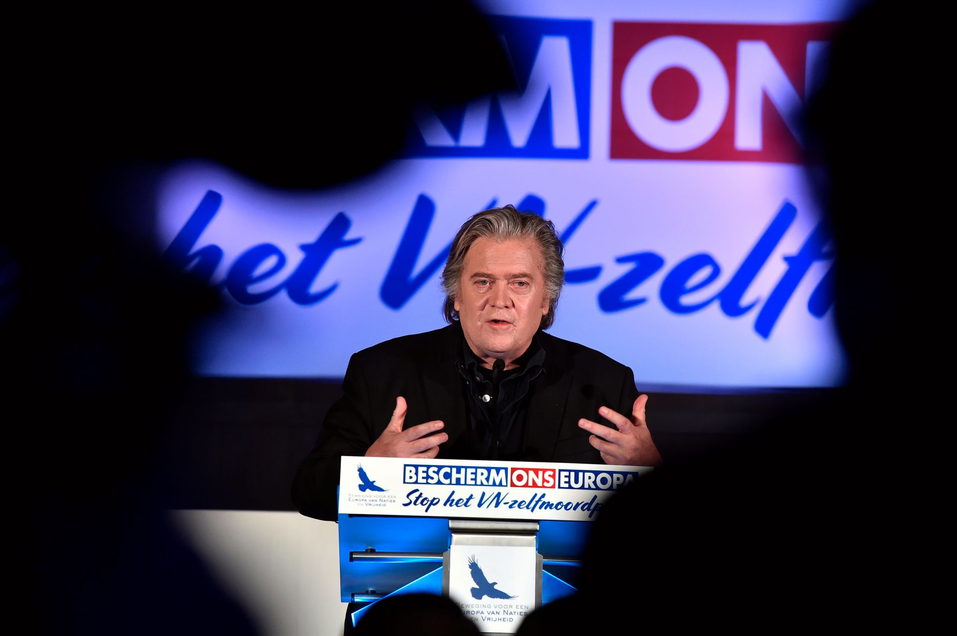 PRØVER Å BYGGE SEG OPP: Steve Bannon har mistet mye av sin innflytelse i USA, nå prøver han å bygge seg opp i Europa.