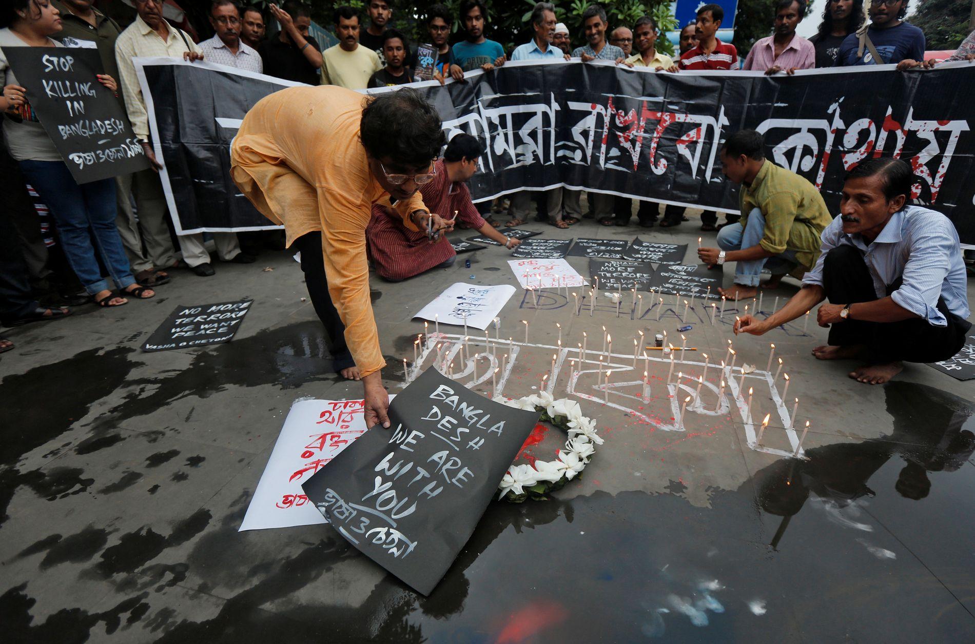 MINNEMARKERING: Folk i Kolkata (tidligere Calcutta), den nærmeste nabo-storbyen til Dhaka, markerte ofrene lørdag.