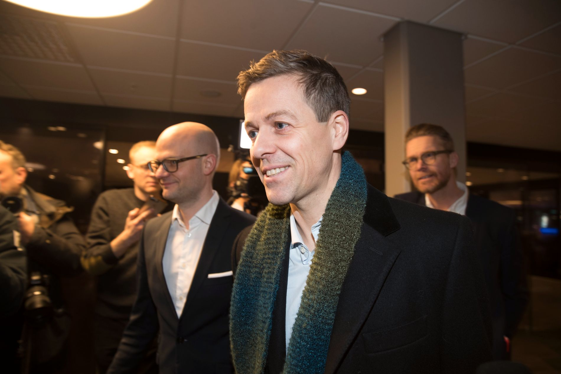 MANNEN I MIDTEN: Knut Arild Hareide gjekk torsdag kveld av som partileiar etter å ha tapt med knappast mogeleg margin. Her er han på veg inn på KrFs landsstyremøte.