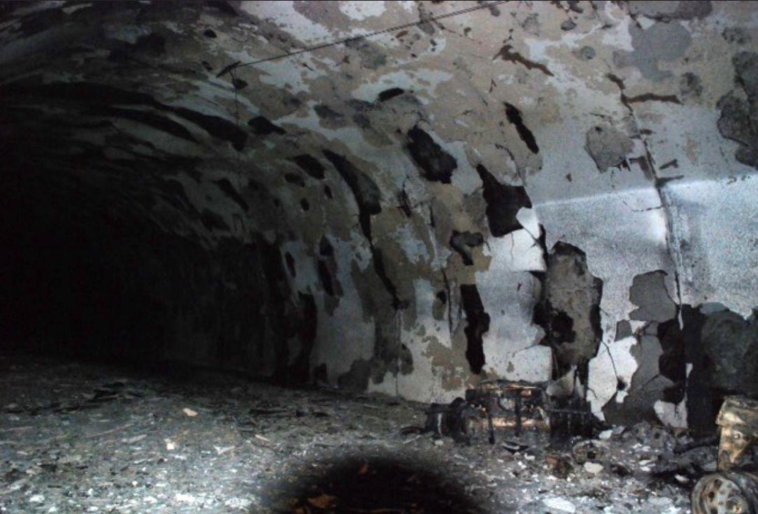 STORE SKADAR: Øydeleggingane etter eksplosjonen inne i den undersjøiske tunnelen er enorme.