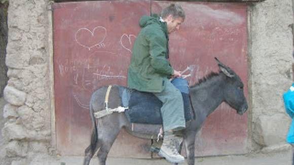 ALLE LAND: Gunnar Garfors har vært i alle verdens land. Her på et esel i Usbekistan.