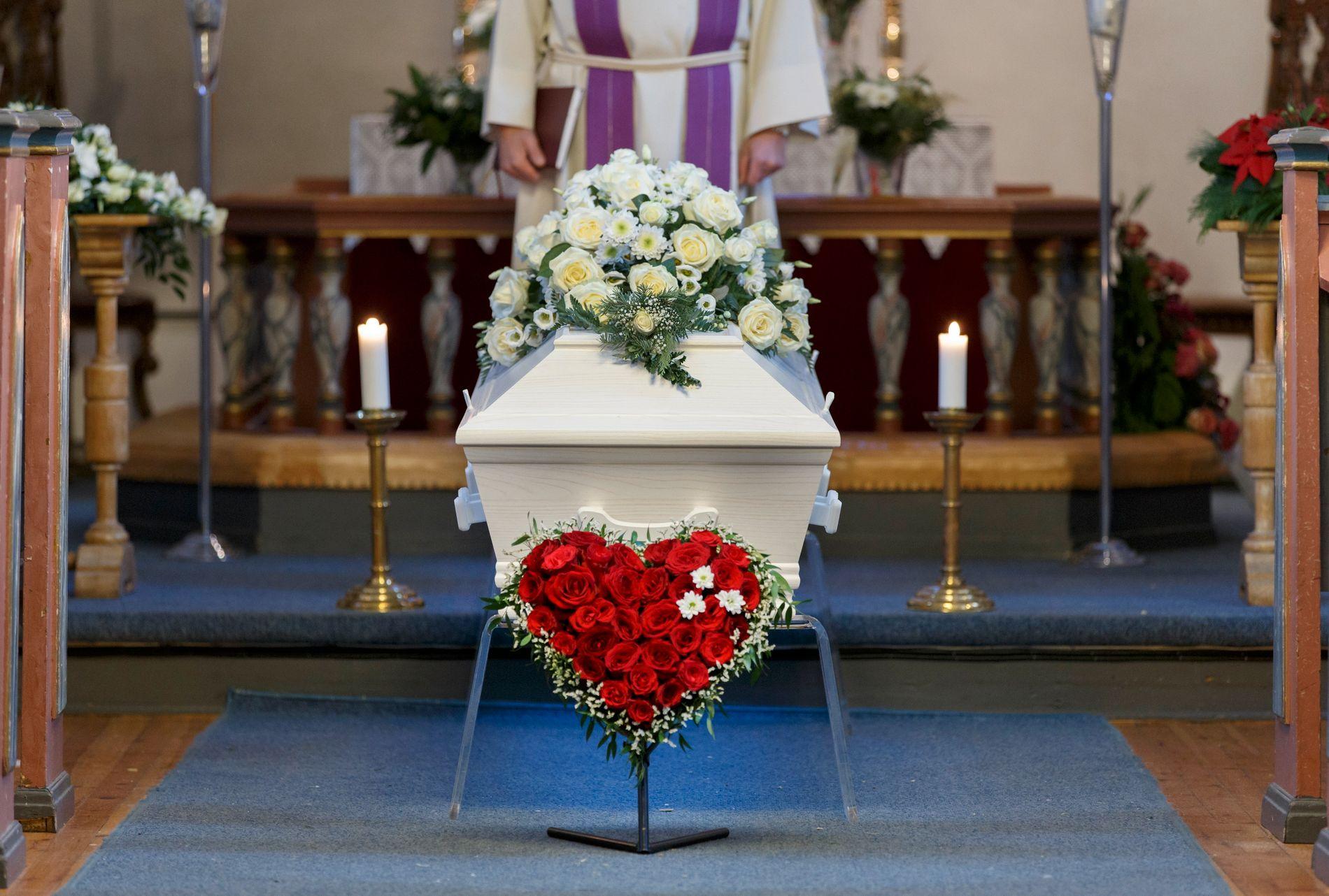 SKREMMANDE: Den totale ignoreringa av det som skjer etter at presten har sagt «til jord skal du bli», er skremmande for meg som søkjer kyrkja i ein sorgprosess, skriv innsendar.