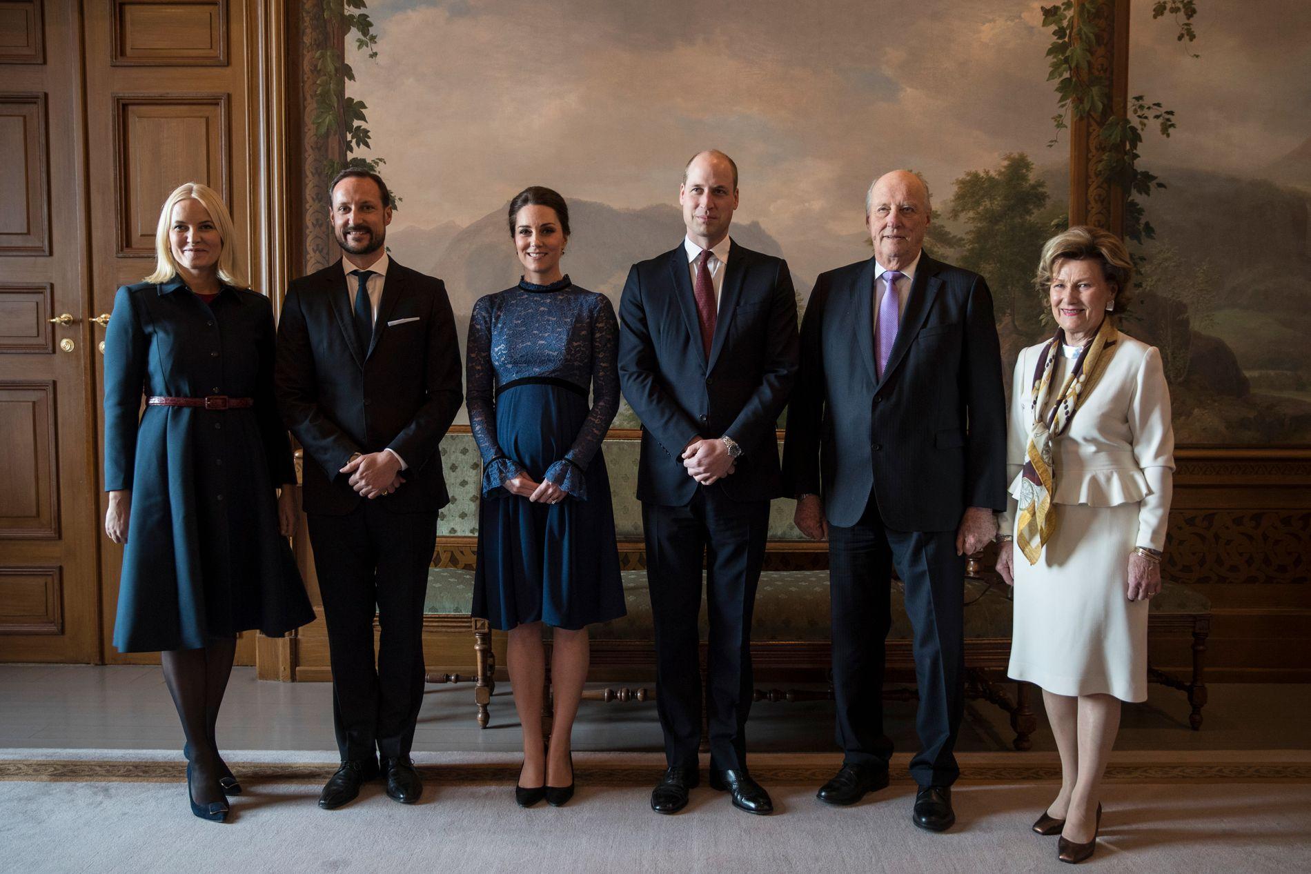 PÅ SLOTTET: Fellesfotografering med kongeparet og kronprinsparet.