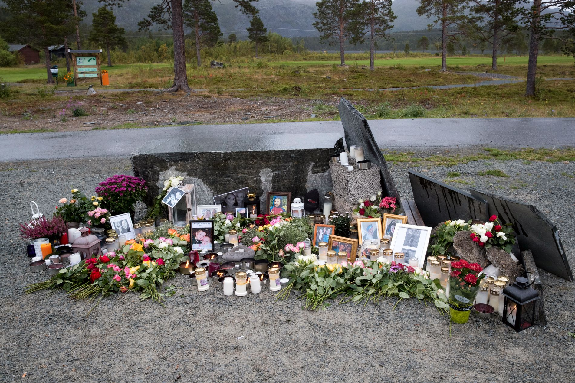 BLOMSTER: Lys og blomster på Høstsprells festivalområde.