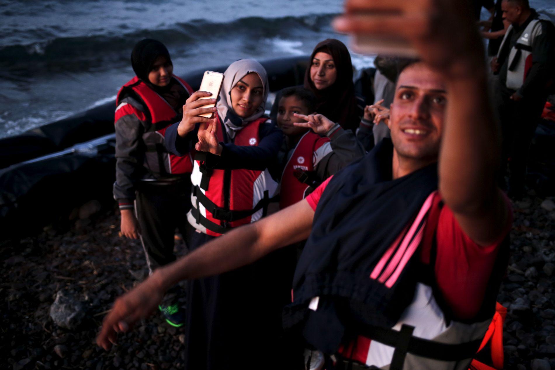 REDDET: Vi har lært hvordan flyktningene kommuniserer med familie som ennå befinner seg i hjemlandet, hvordan de forsøker å roe dem ned etter at de selv, livredde, har krysset havet til greske øyer i overfylte gummibåter, skriver Elisabeth Eide.