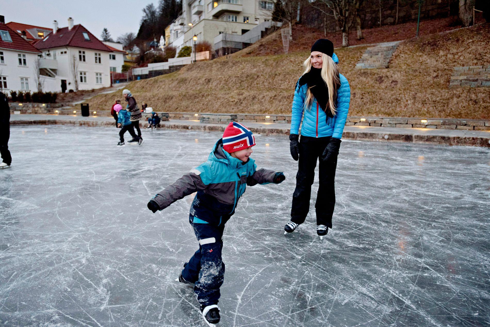 TIKKEN: Emil (7) og Aina Brekke leker skøytetikken på Skansen torsdags ettermiddag.