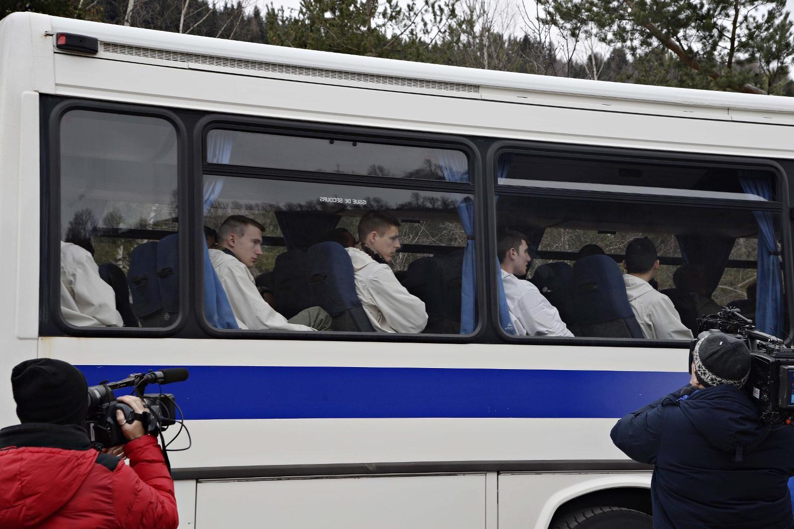 FRAKTET: Rettsmedisinere ble busset inn til Seyne-les-Alpes for å bli fraktet videre med helikopter til ulykkesstedet. 150 mennesker var på flyet som styrtet.