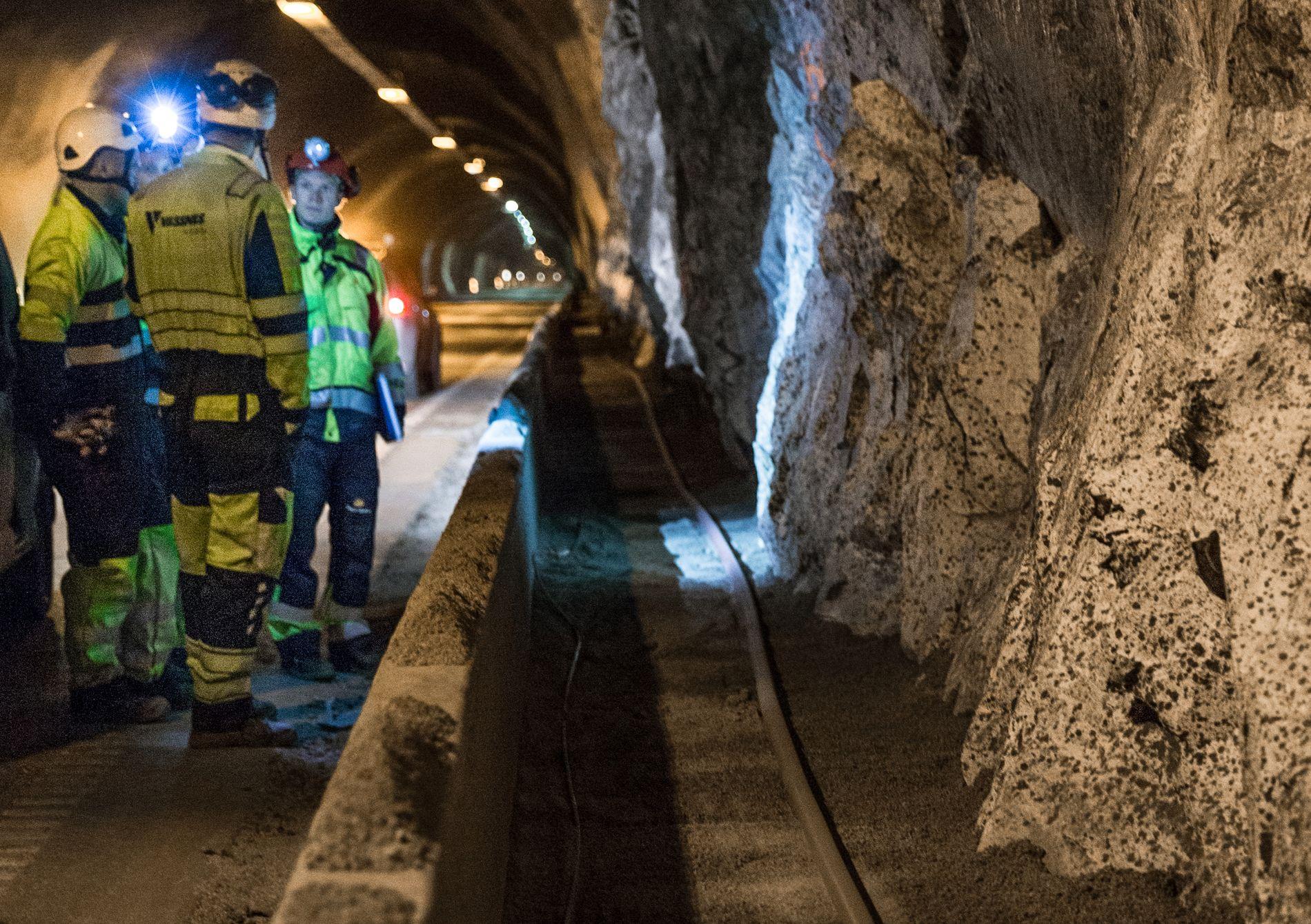 OPPGRADERING: Vassnes Solutions AS trekker kabel i E16 Gudvangatunnelen i forbindelse med oppgradering av tunnelen høsten 2018.