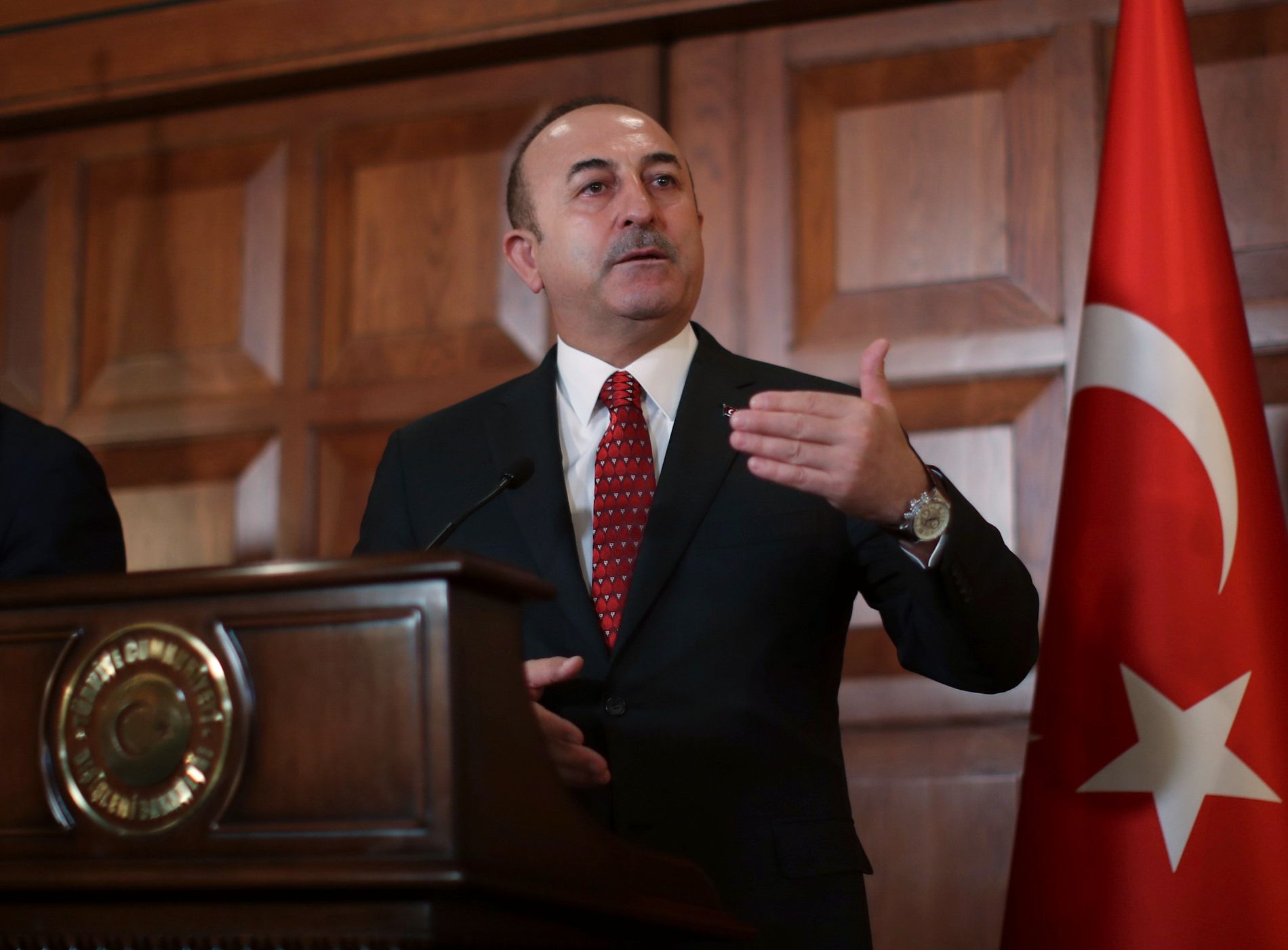AVFEIER: Tyrkias utenriksminister Mevlüt Çavusoglu avfeier president Donald Trump, som sier at han vil knuse tyrkisk økonomi dersom tyrkerne angriper USAs kurdiske allierte i Syria.