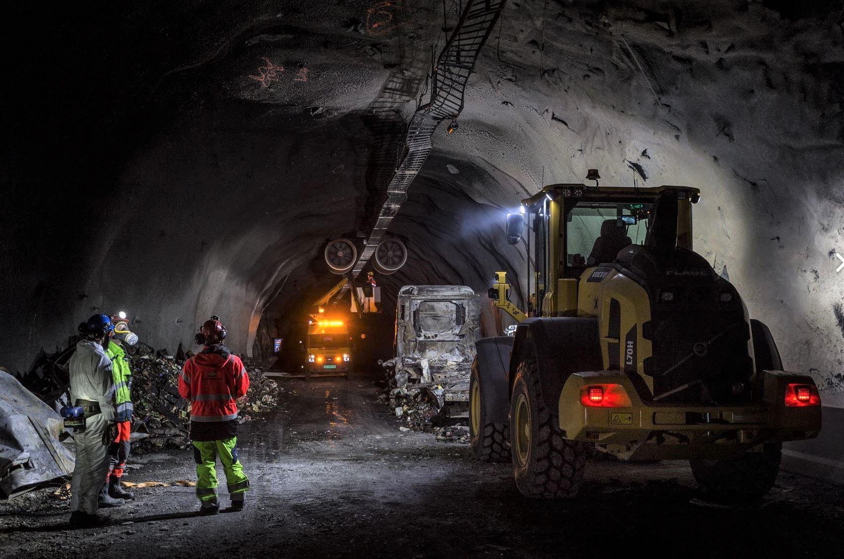 SOTET NED: 13 mann har vært i sving i tunnelen natt til mandag. Tunnelløpet opp til Langhuso, som ble sotet ned i røyken, ble ferdigvasket mandag morgen.