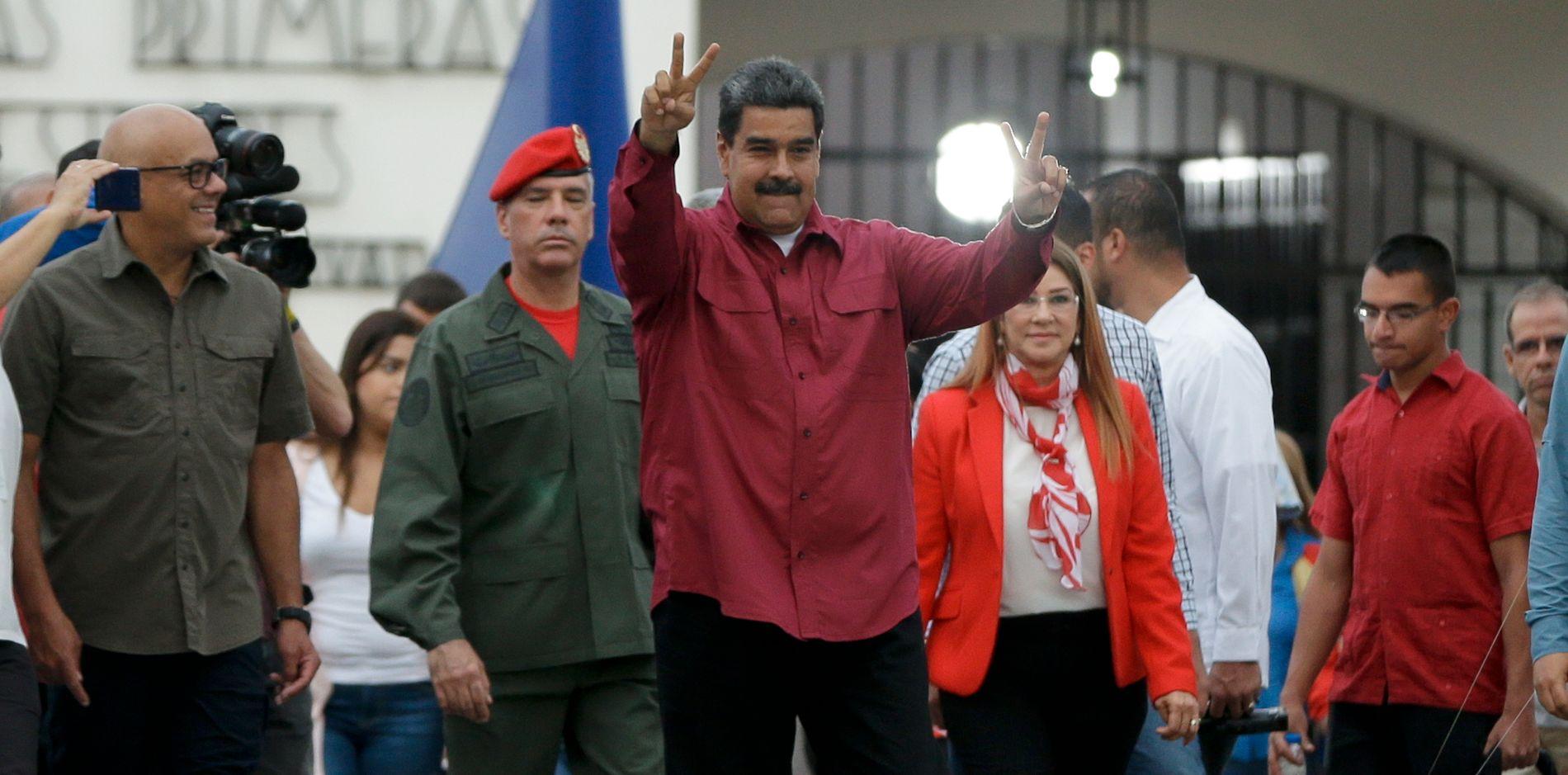 SEIERHERREN: Venezuelas president Nicolás Maduro etter å ha avgitt stemme i valget søndag.