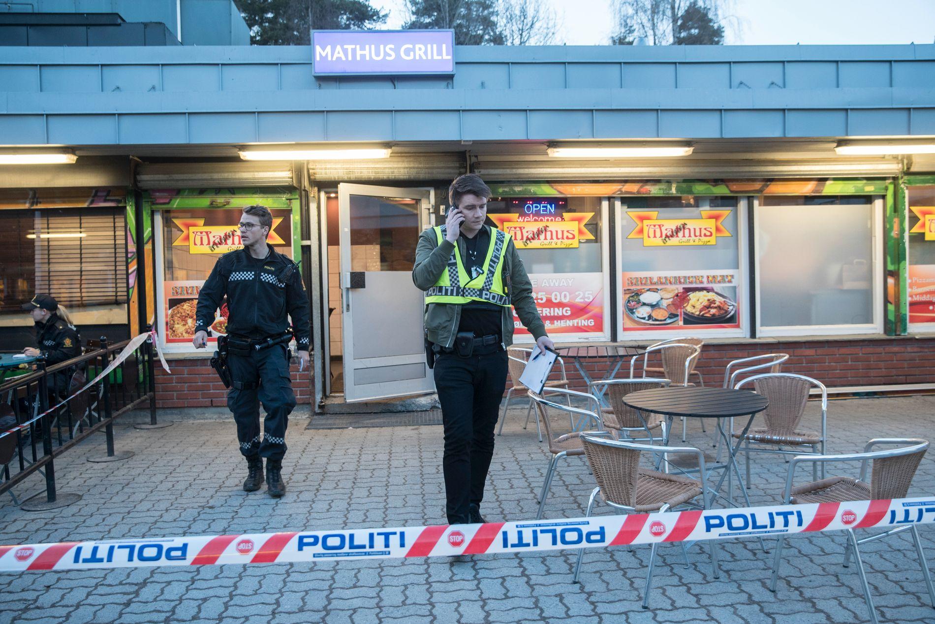 Politiet ved pizzarestauranten der det ble avfyrt skudd lørdag kveld. Foto: Vidar Ruud / NTB scanpix
