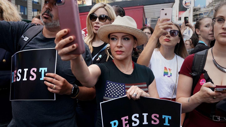 TOK AV: Skuespilleren Alyssa Milano tok til orde for at kvinner som har blitt utsatt for seksuell trakassering skulle skrive «me too» på sosiale medier. Bildet er fra en demonstrasjon i New York i juli.