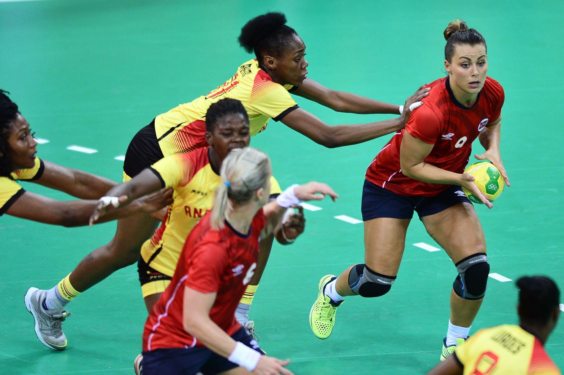 Nora Mørk med ballen i kampen mot Angola.