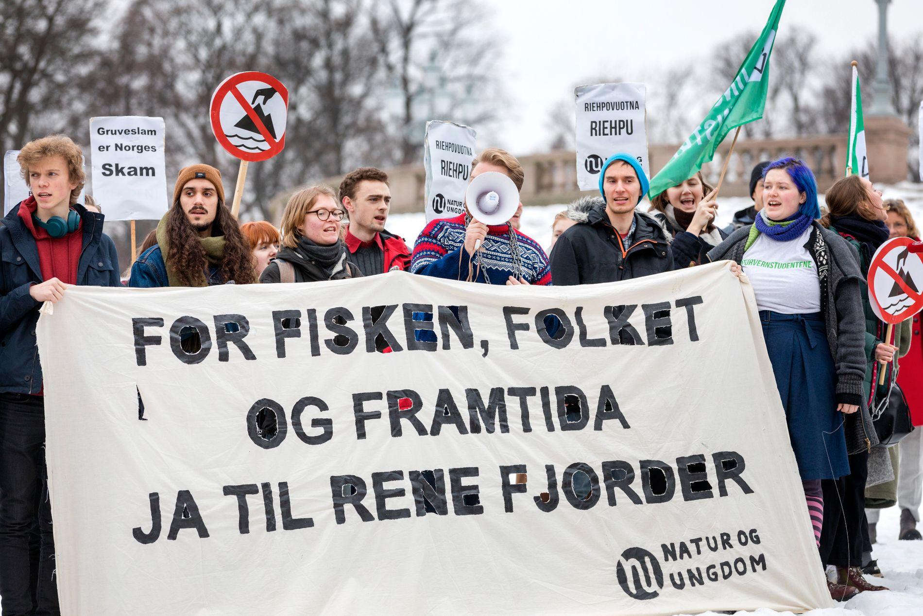 MOTSTAND: Beslutningen om gruvedrift i Finnmark har utløst protester, som her ved slottet i Oslo fredag.