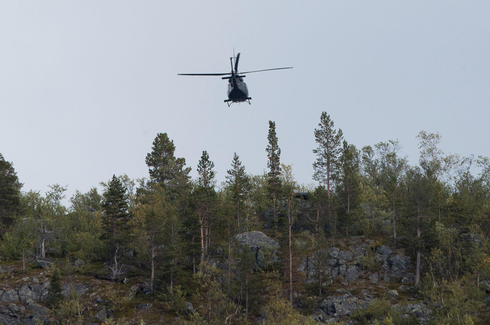 SEKS OMKOM: Forsvarets helikopter flyr over ulykkesområdet der seks personer omkom i en ulykke.