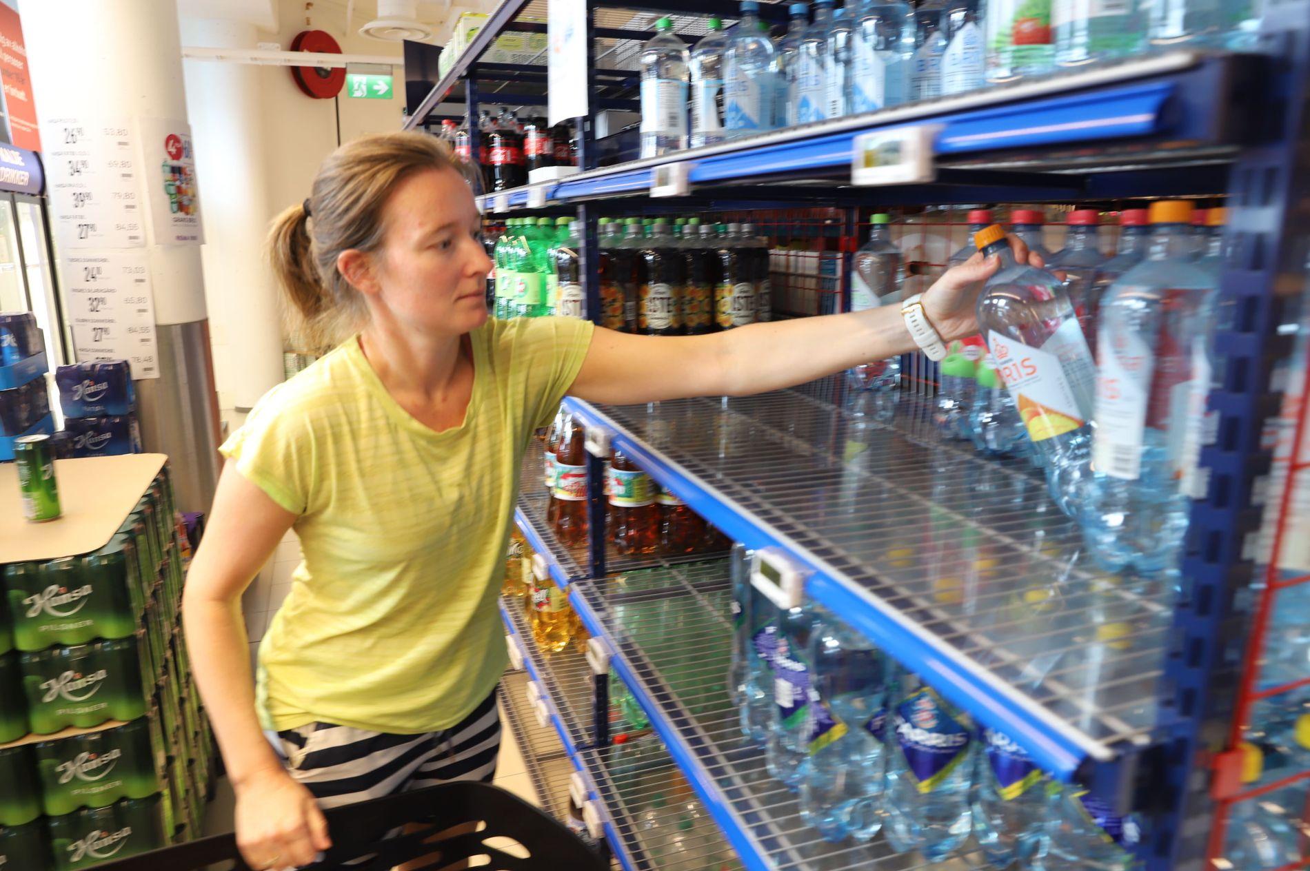 TOMME HYLLER: Cecilie Eriksen fant bare noen få flasker med vann i butikken.