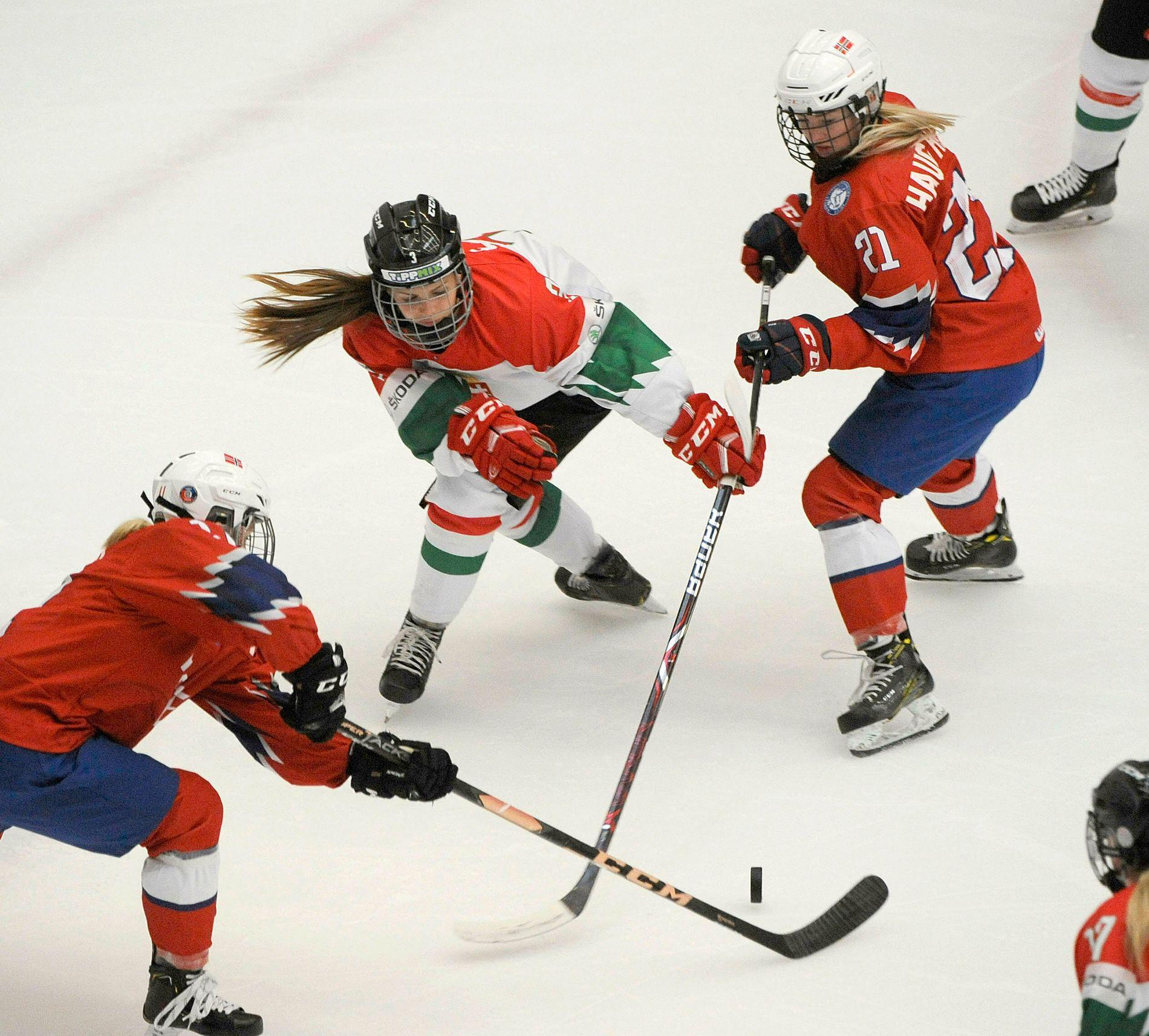Madelén Haug Hansen (til v.) og Millie Sirum (til h.) noterte tre målpoeng hver da Norge vant 4–0 over Slovakia i ishockey-VM på nivå to fredag. Her er de i aksjon mot Ungarn tidligere i mesterskapet.