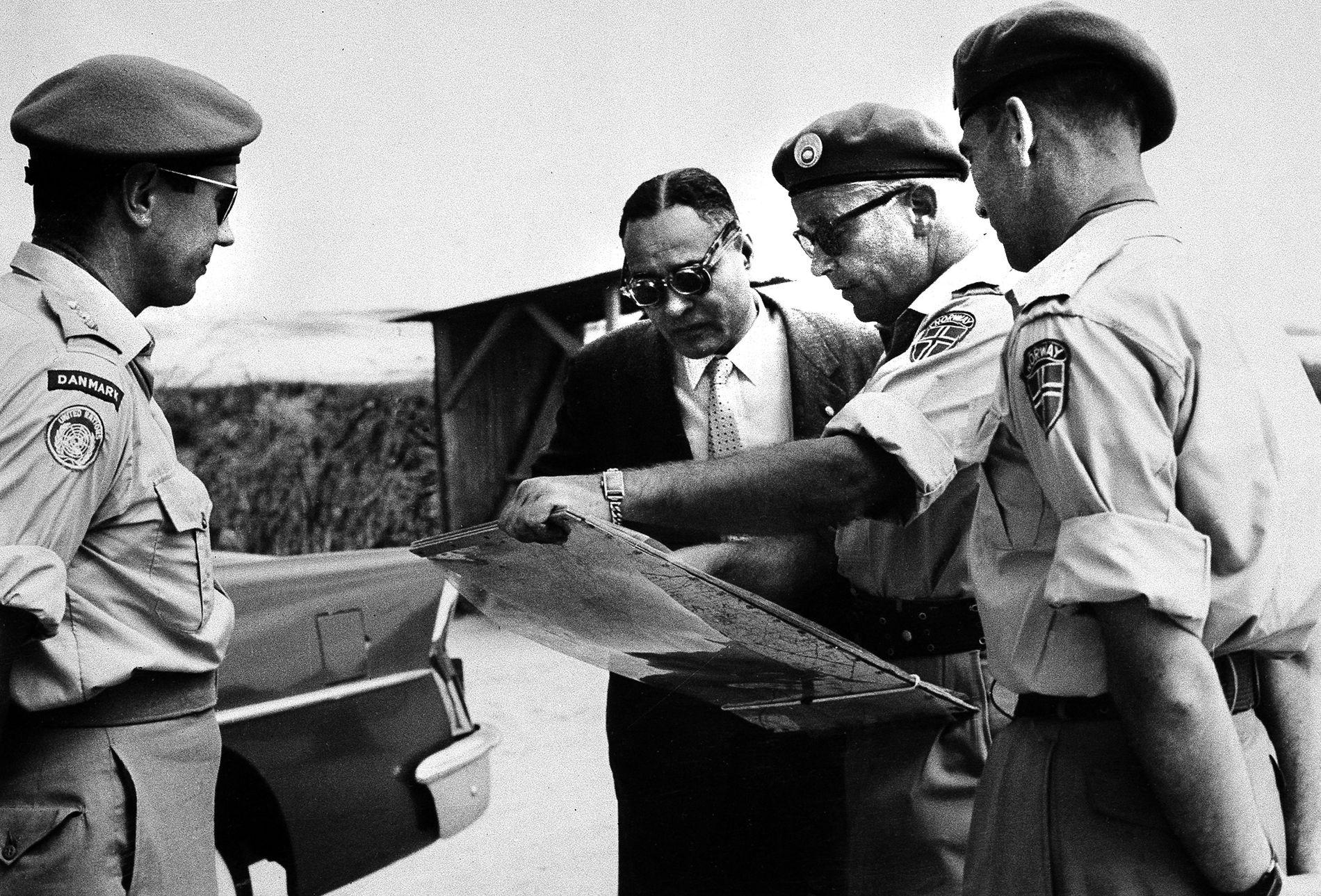 GAZA: Ralph Bunche (i midten) meinte at dei palestinske flyktningane som innsendaren var med å behandle aldri ville få returnere til heimane sine. Han fekk rett, skriv innsendaren. Her saman med norske og danske offiserar på Gazastripa i 1959.