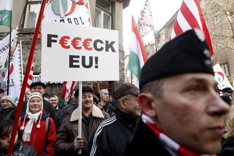 MARSJERER MOT EU: Tilhengere av det høyreekstreme partiet Jobbik demonstrerer mot EU i Budapest, Ungarn. «Paradoksalt nok er velgerne selv i ferd med å overføre makt til forførere som selv ikke har særlig sans for demokratiet», skriver Frode Bjerkestrand.