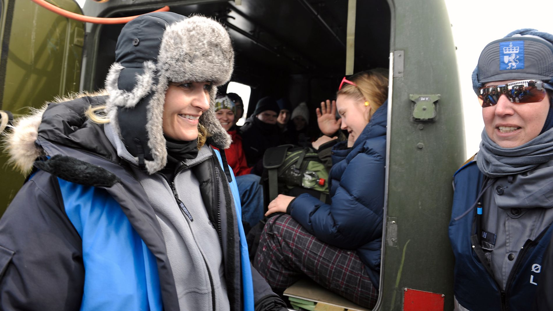 METTE MARIT PÅ BESØK. Den store øvelsen på Vikafjellet fikk besøk av kronprinsessen. Sivilforsvarssjef Bollmann til høyre. (FOTO: Marit Hommedal)