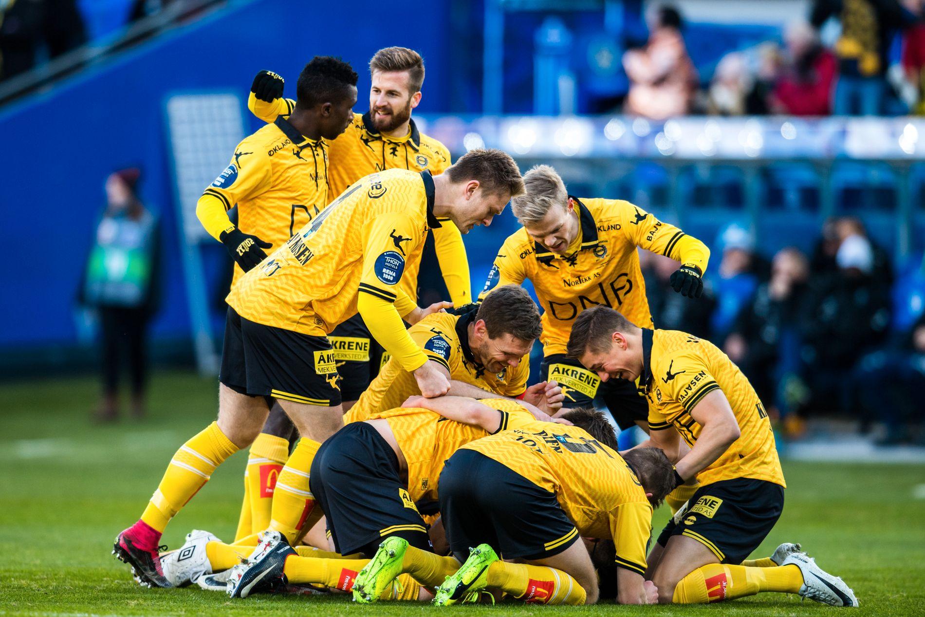 Lillestrøm-spillerne jubler for 1–0-scoringen tidlig i kampen.