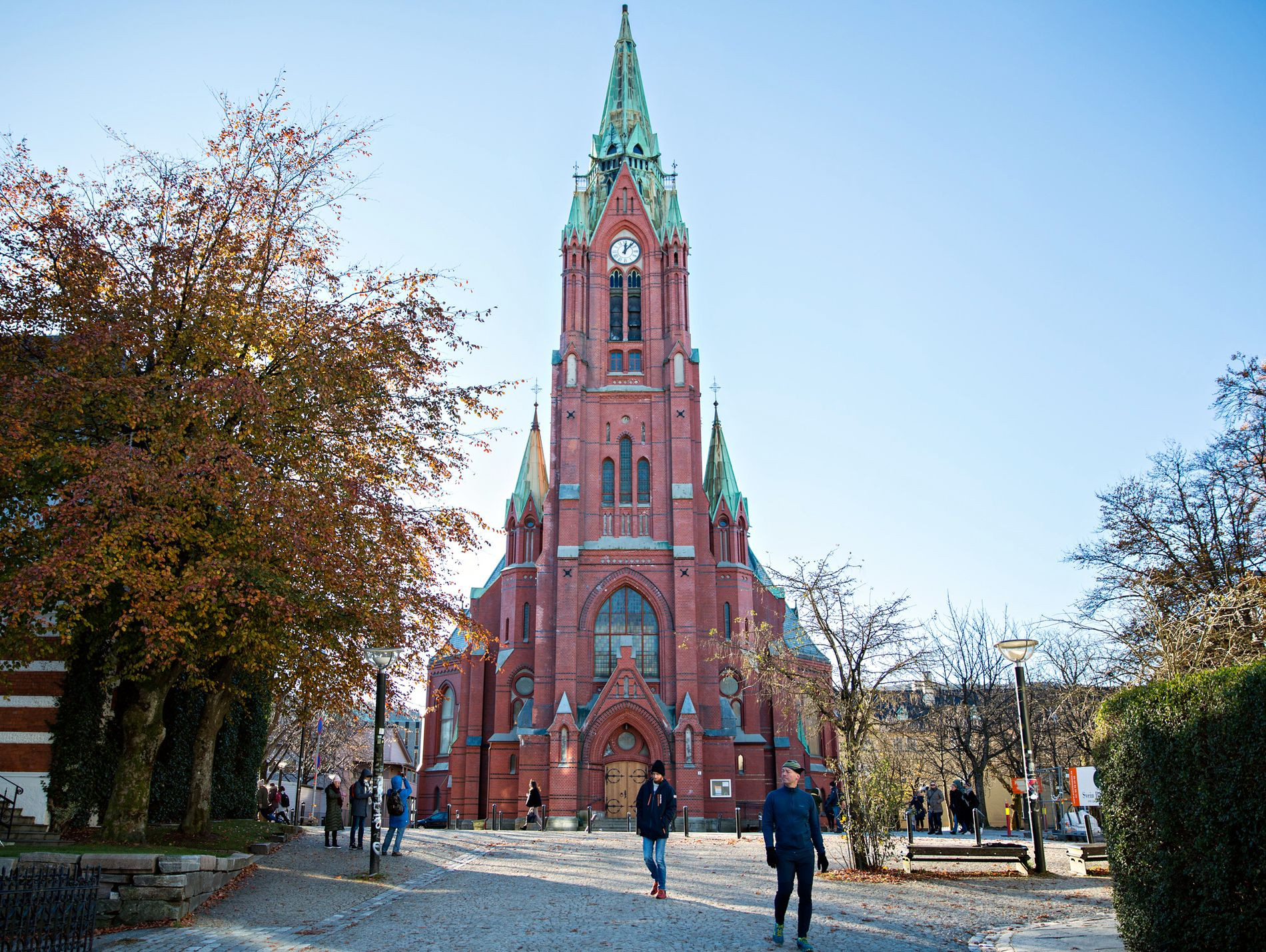FOR LANGT UNNA BYEN: Byantikvar Johanne Gillow har hørt en historie om at den katolske kirke ble tilbudt tomten for kirken, men at man takket nei fordi man mente den var for langt unna byen.